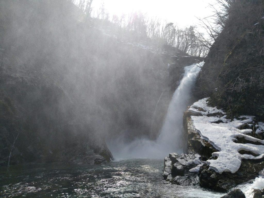 雪が残る冬の秋保大滝