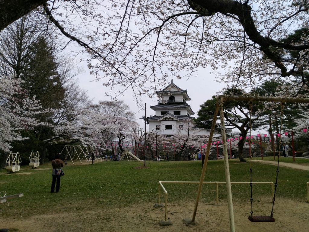 白石城 益岡公園の遊具と桜
