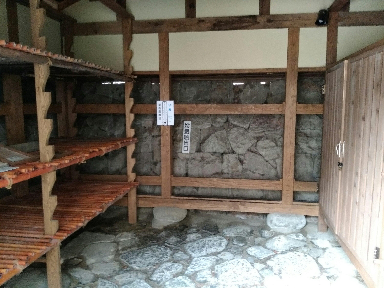 材木岩公園 氷室 室内