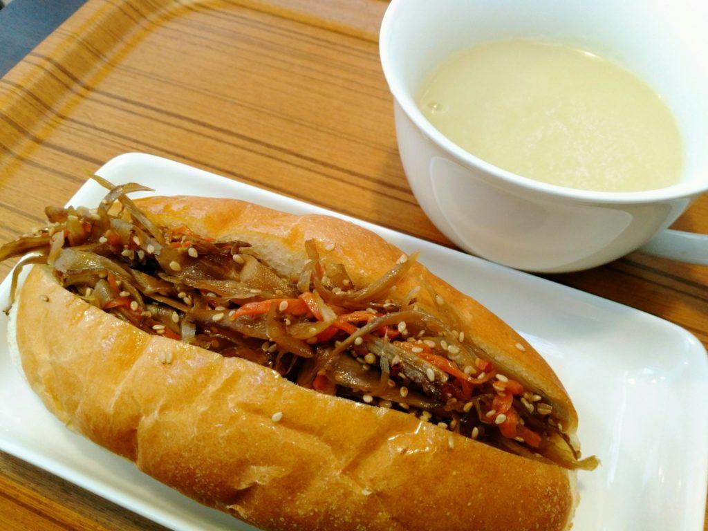 キンピラゴボウのコッペパンとスープ