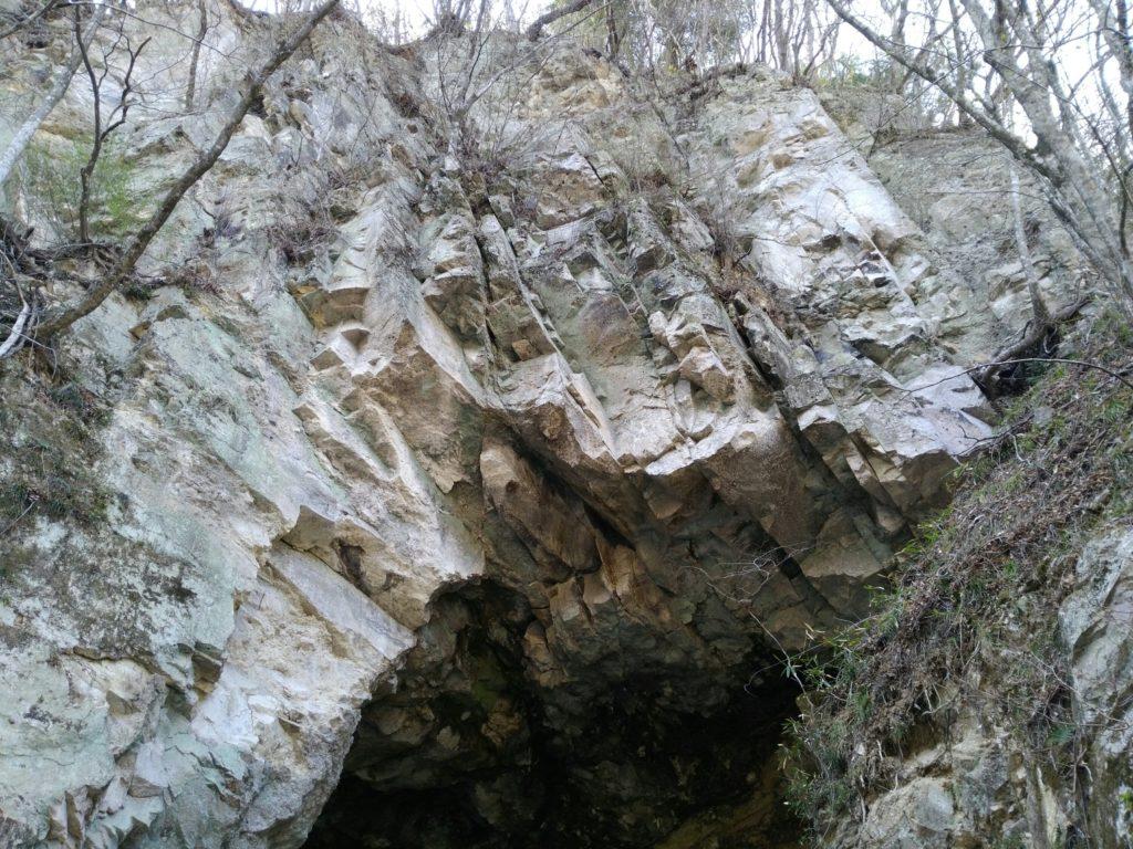 名取川 白岩の洞穴のおびただしい人面岩