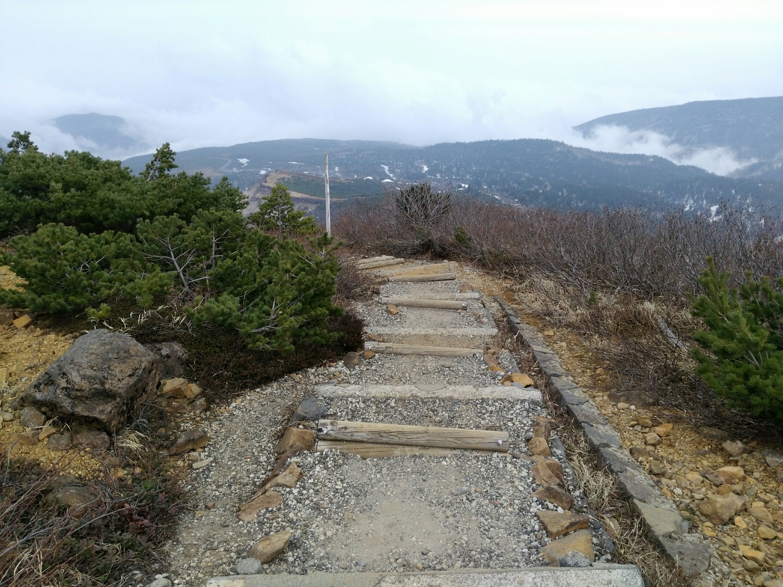 刈田岳 山頂からの登山道