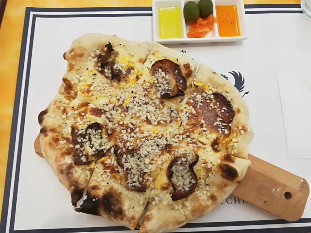 富沢 ワールドベイクドチーズケーキ&チーズキッチン カルボナーラのピザでランチ
