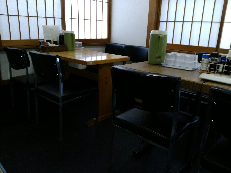 木の家食堂のテーブル席