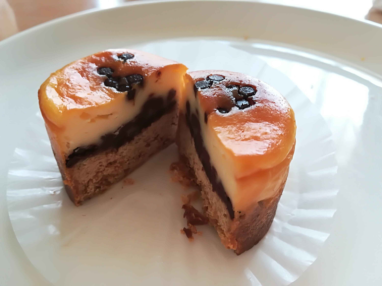 チーズケーキ、チョコチップ、ビスケット生地の3層構造