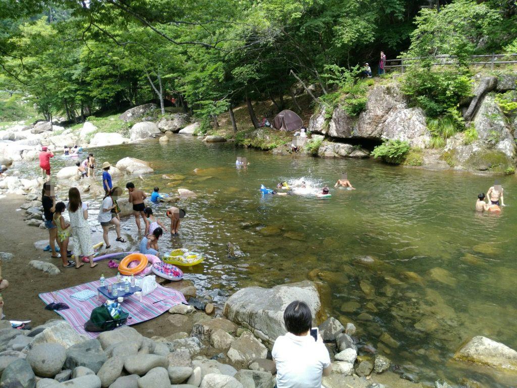 丸森町の不動尊公園キャンプ場で水遊び