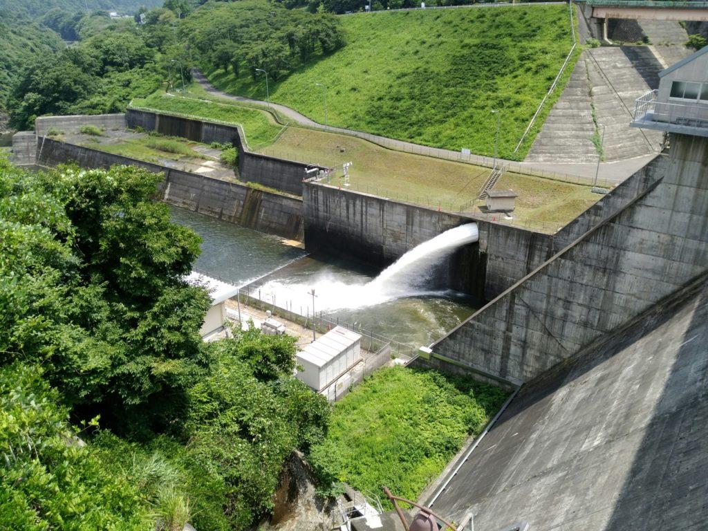 川崎町の釜房ダム放水