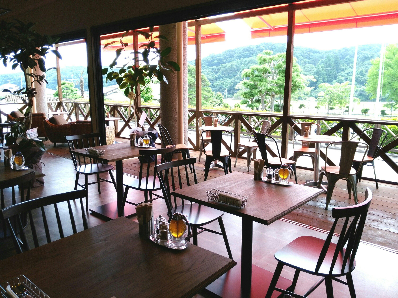 カカオ亭の開放的なテーブル席