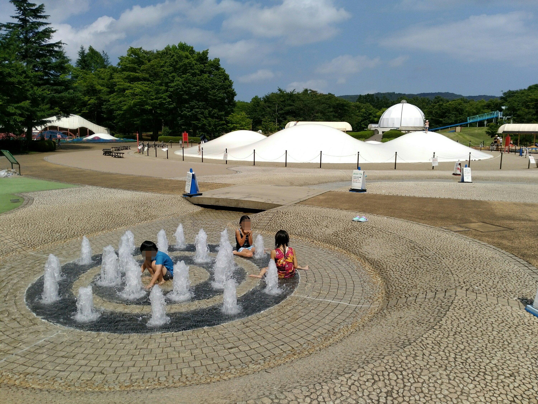 川崎町みちのく杜の湖畔公園で水遊び