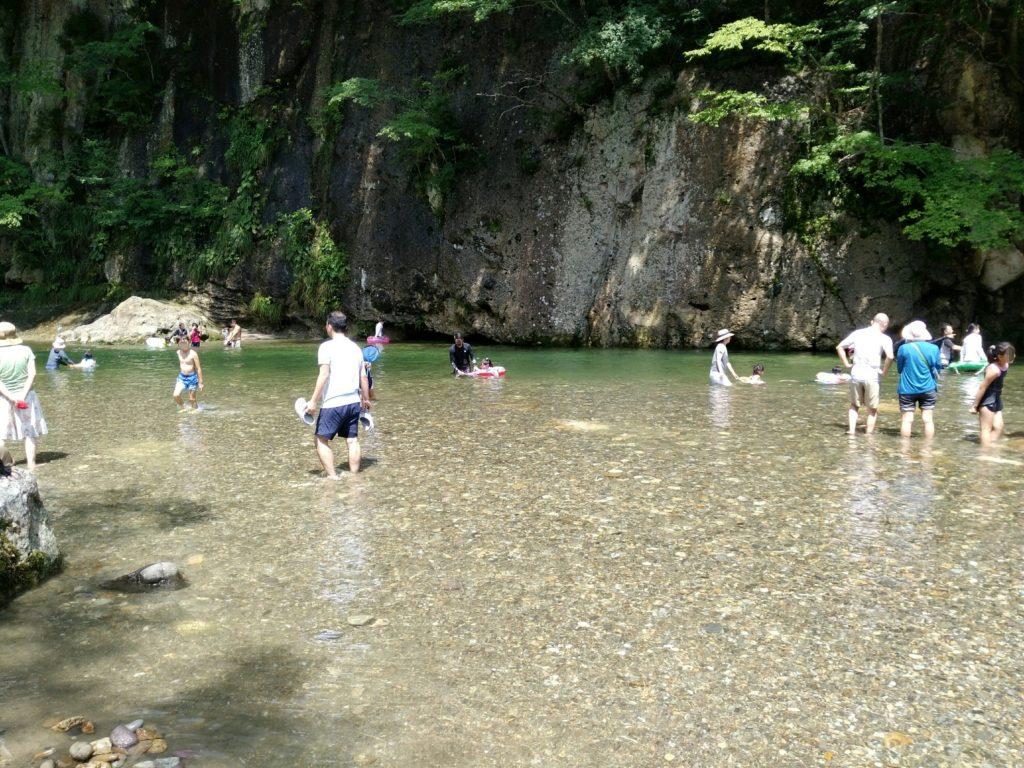 羽山橋付近の川原で川遊び