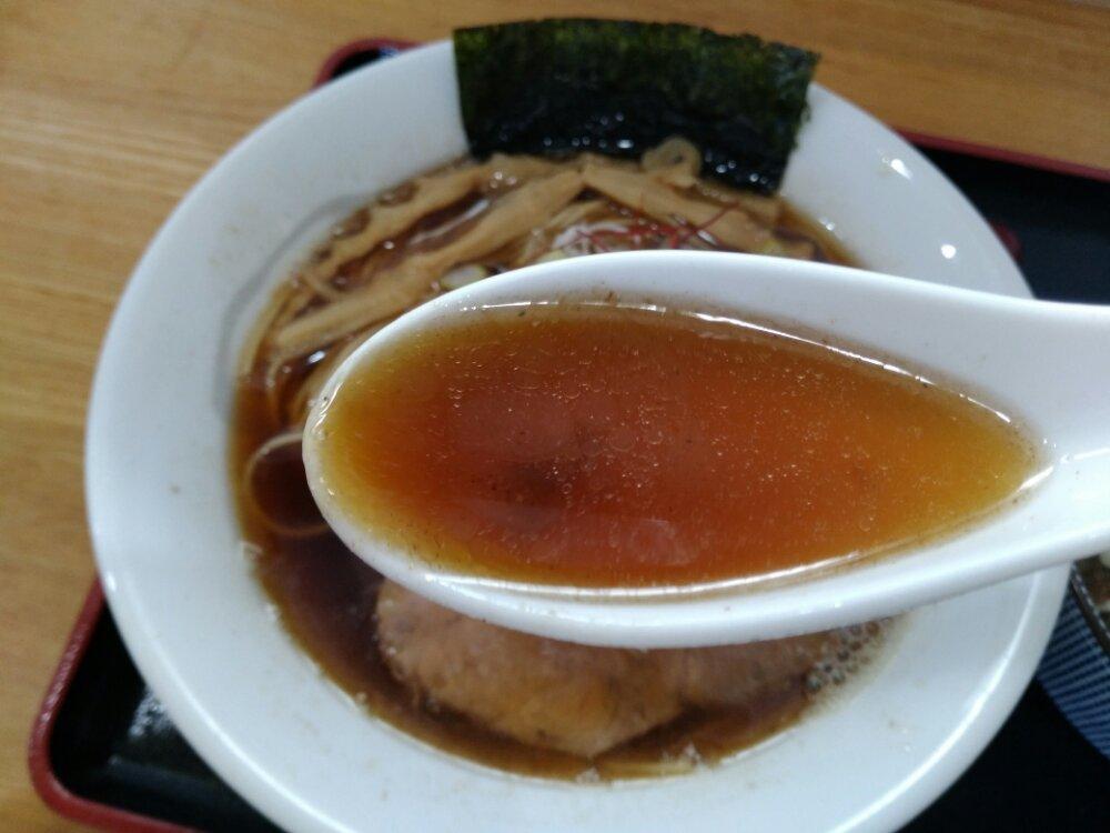 琥珀醤油そばのスープ