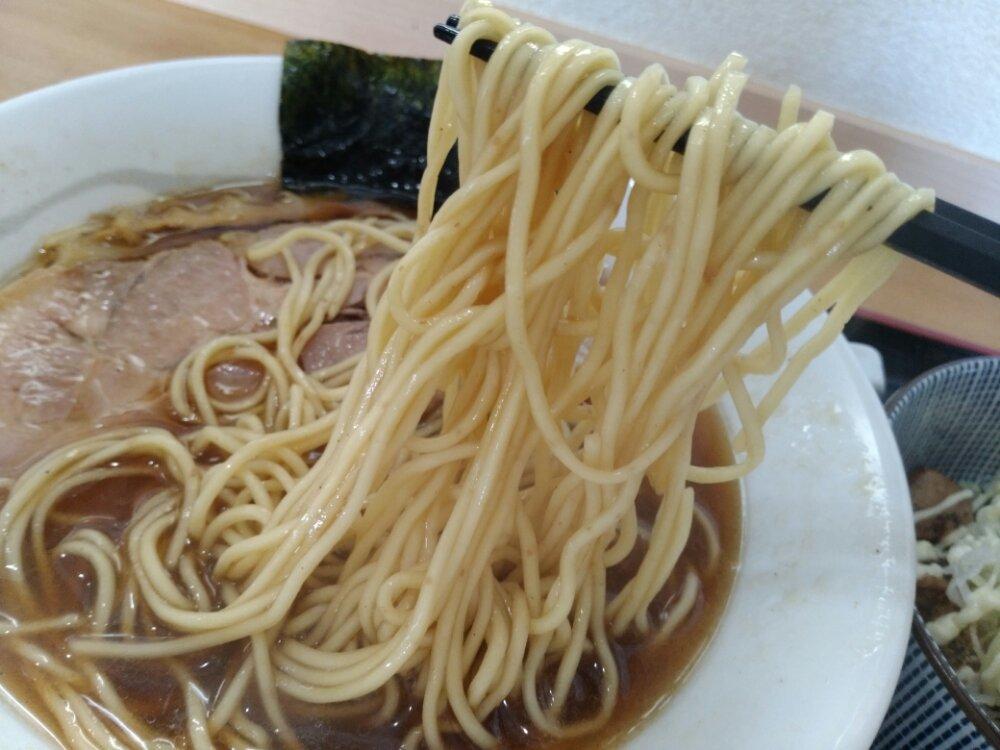 琥珀醤油そばの麺