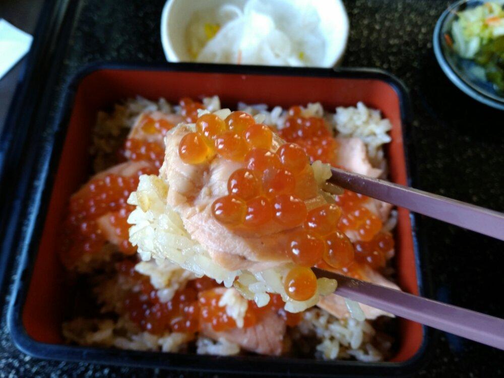 いくらと鮭と炊き込みご飯