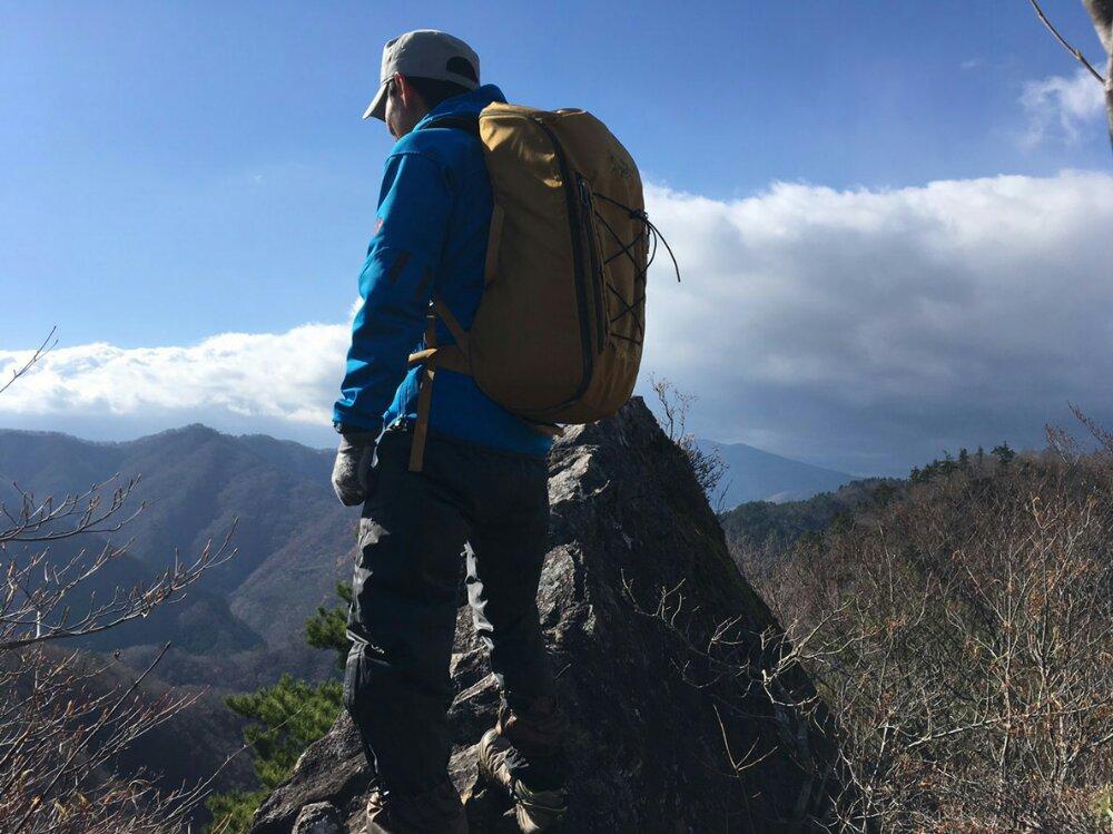 オボコンベ山の岩上へ