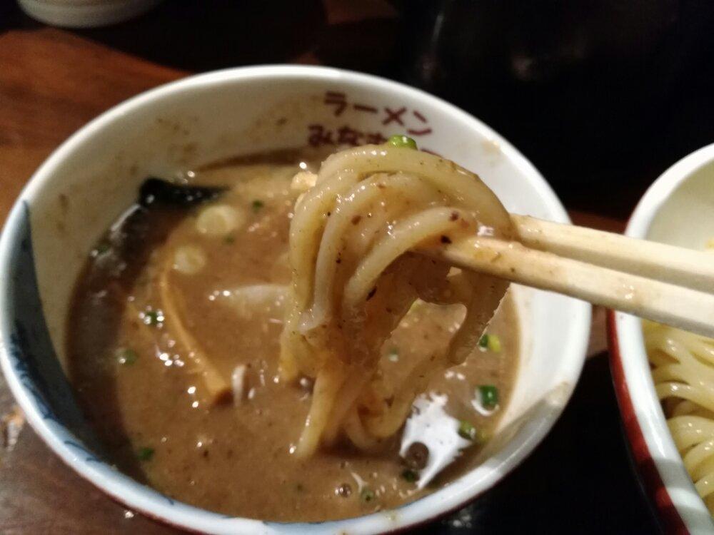 スープとからむ麺