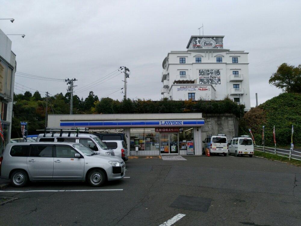 人来田ローソンとラブホテルのパティオ