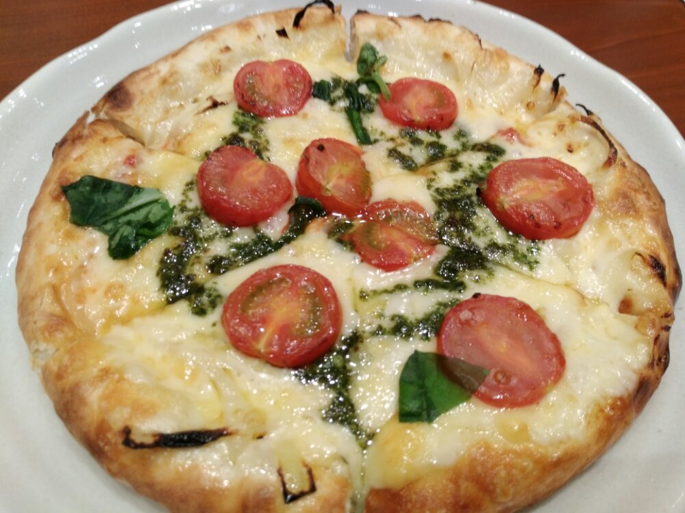 ルヴォワールのトマトとバジルのピザ