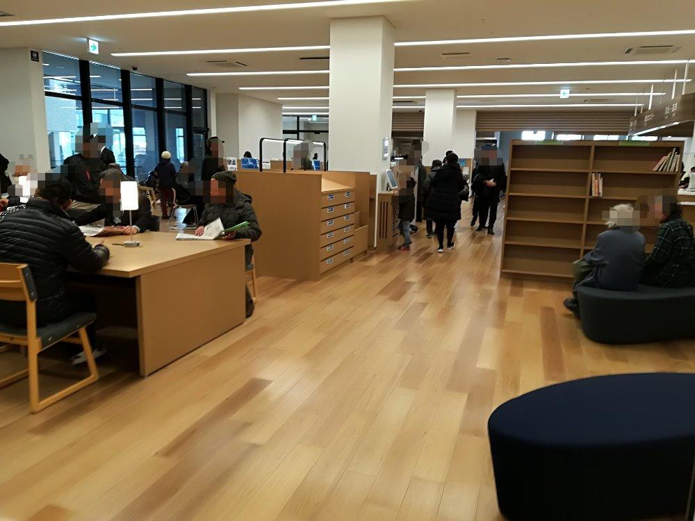 名取市図書館の雰囲気