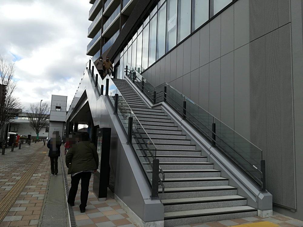名取市図書館の東側階段