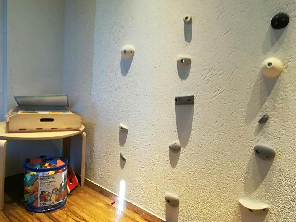 シチノカフェキッズルームの絵本とクライミング壁