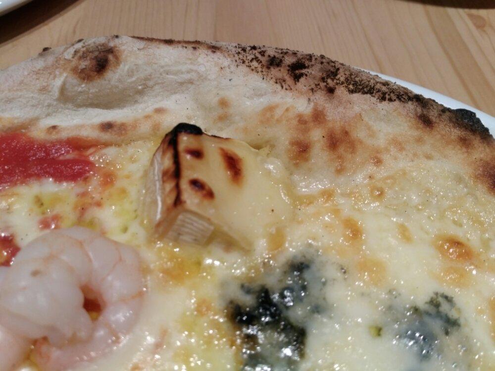 シチノカフェの4種のチーズピザ