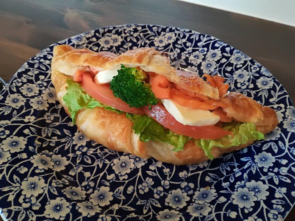 コーヒーハウスのスモークサーモンのサンドイッチランチ