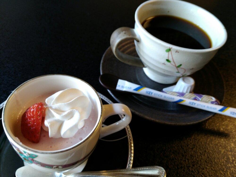 いちごムースとコーヒー