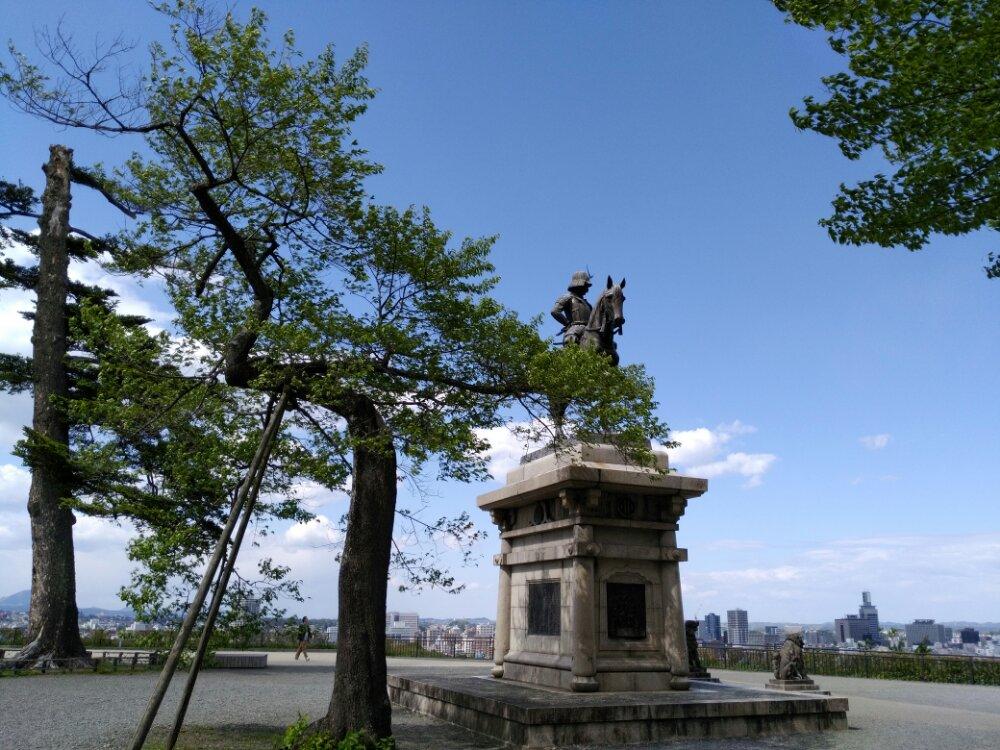 城下を見下ろす騎馬像