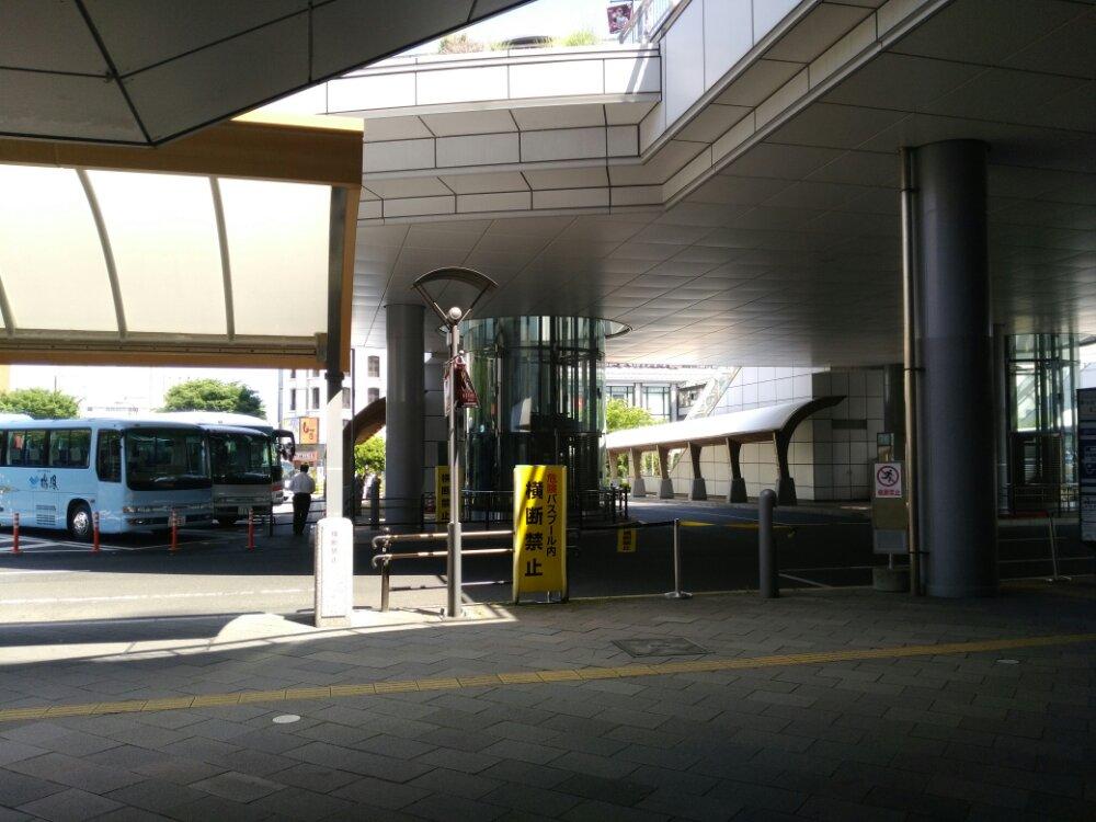 東口のバスターミナル