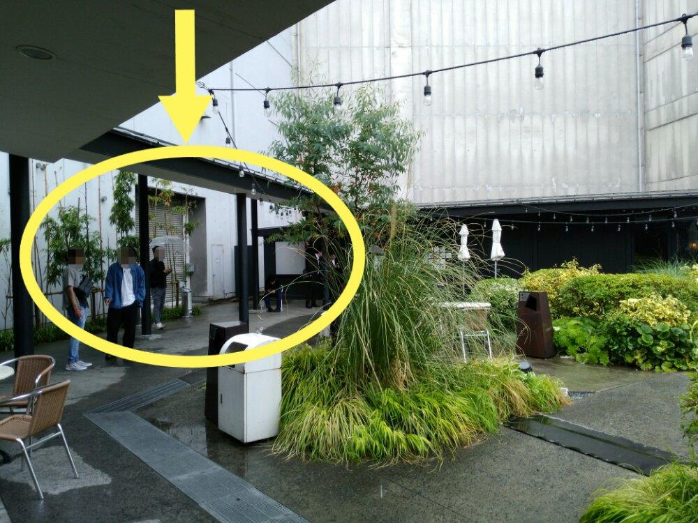 エデンの喫煙所は一部屋根付き