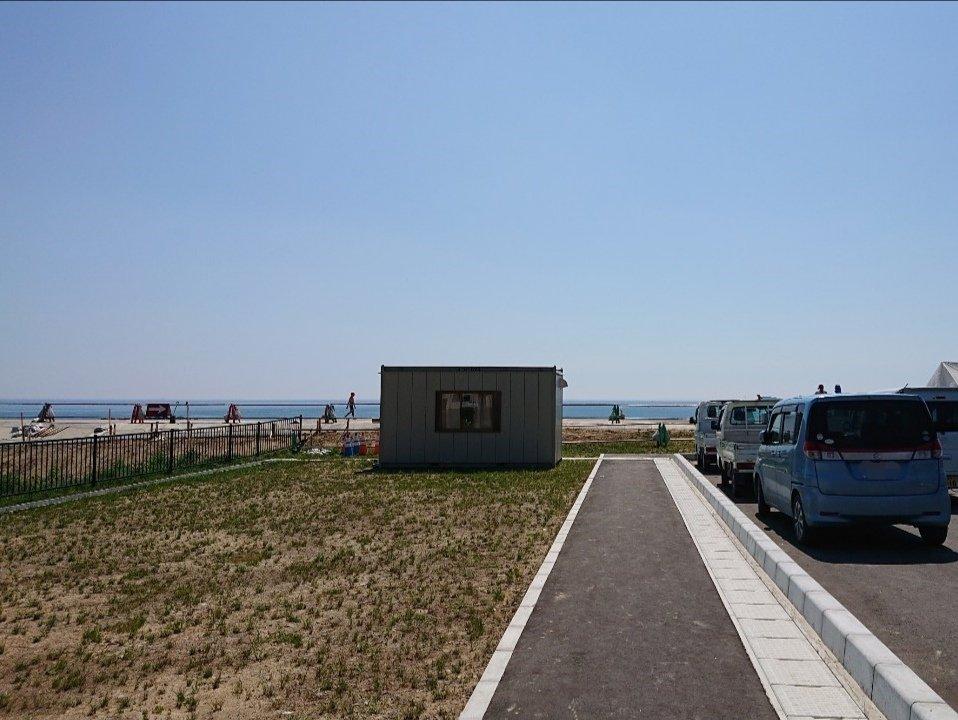 駐車場からビーチが見えます