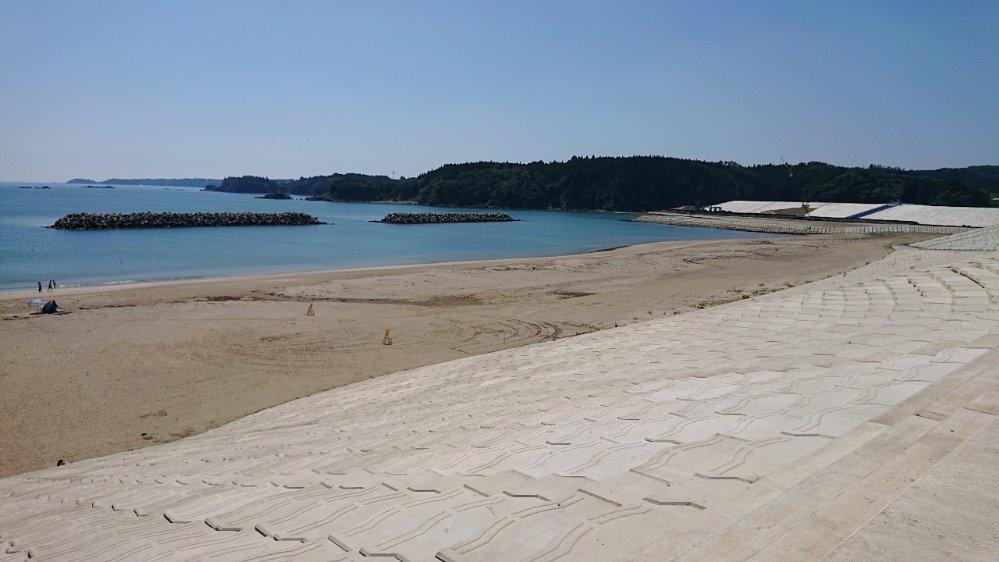 小泉海水浴場のビーチにある防潮堤