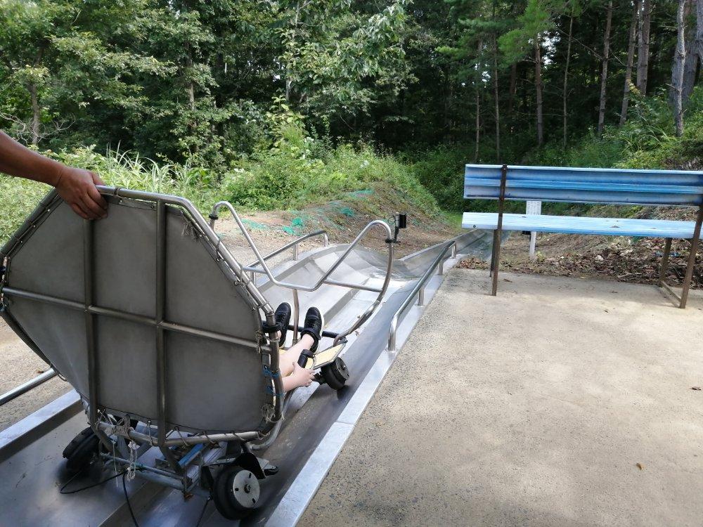 山道を進むマッハコースター