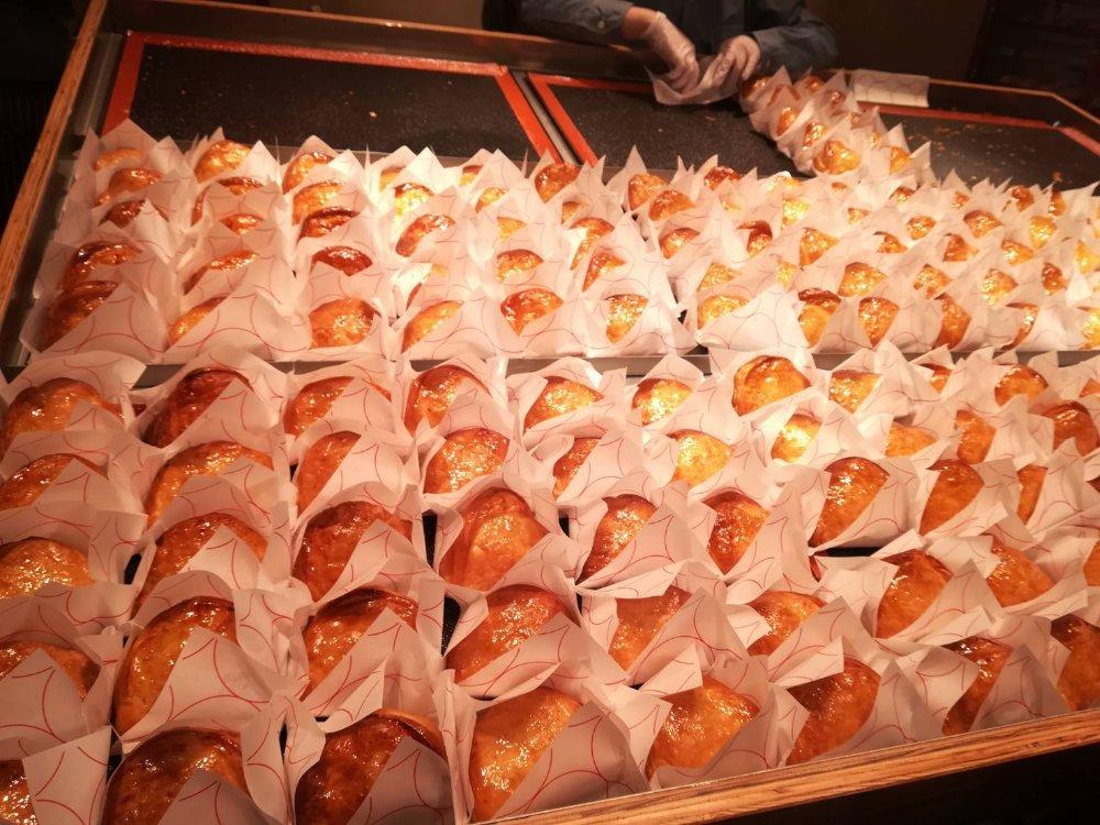 仙台駅で続々と焼き上げられるカスタードアップルパイ