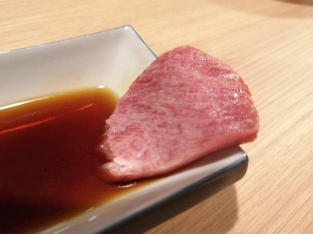 牛タンの刺身をワサビ醤油で