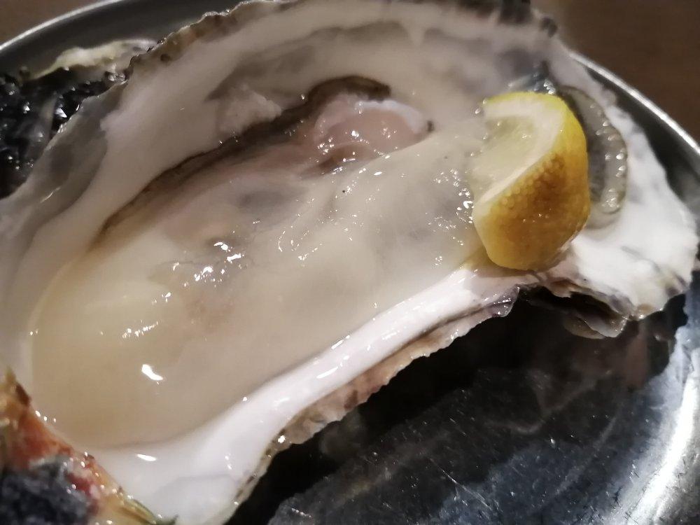かき小屋 飛梅 仙台駅前店の生牡蠣