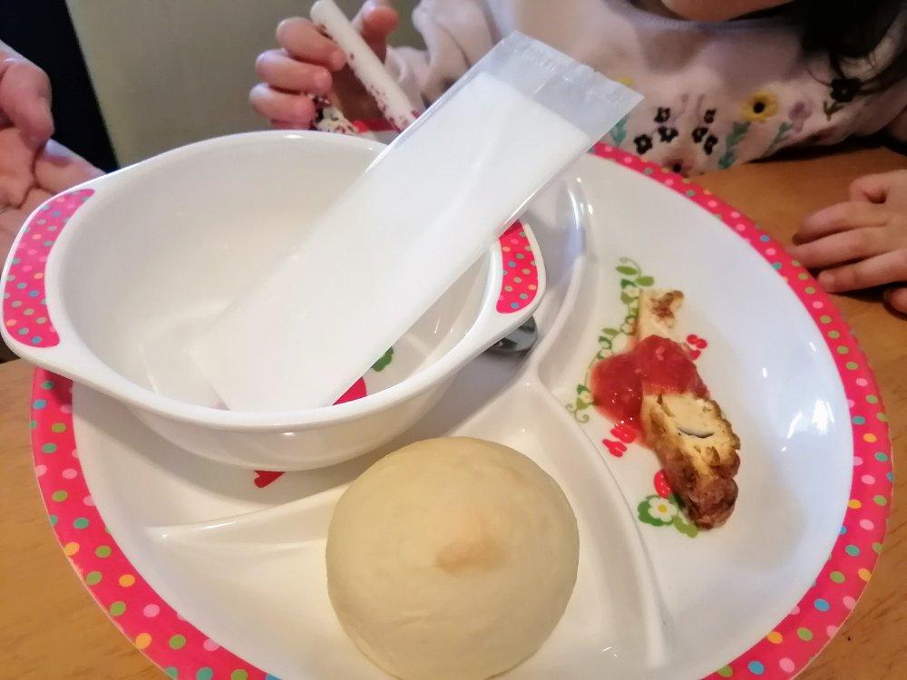 子供に前菜とパンのサービス