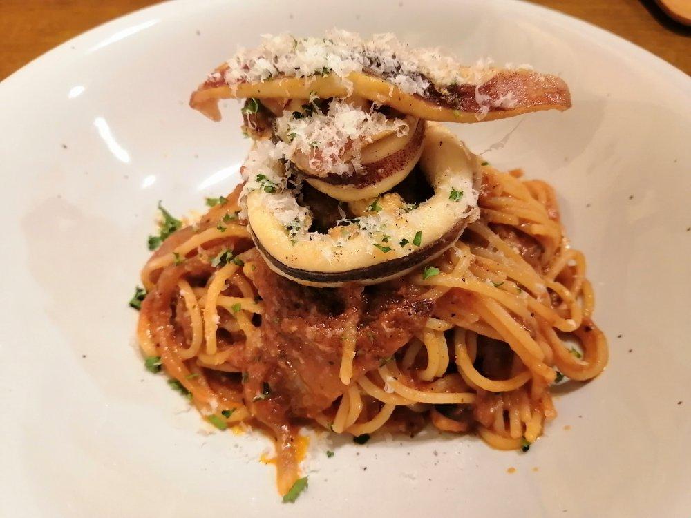 いろは横丁エウル 真イカとタプナードのトマトソーススパゲッティ