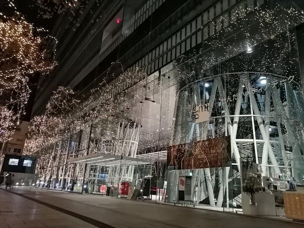 定禅寺通りの仙台メディアテーク(光のページェント)