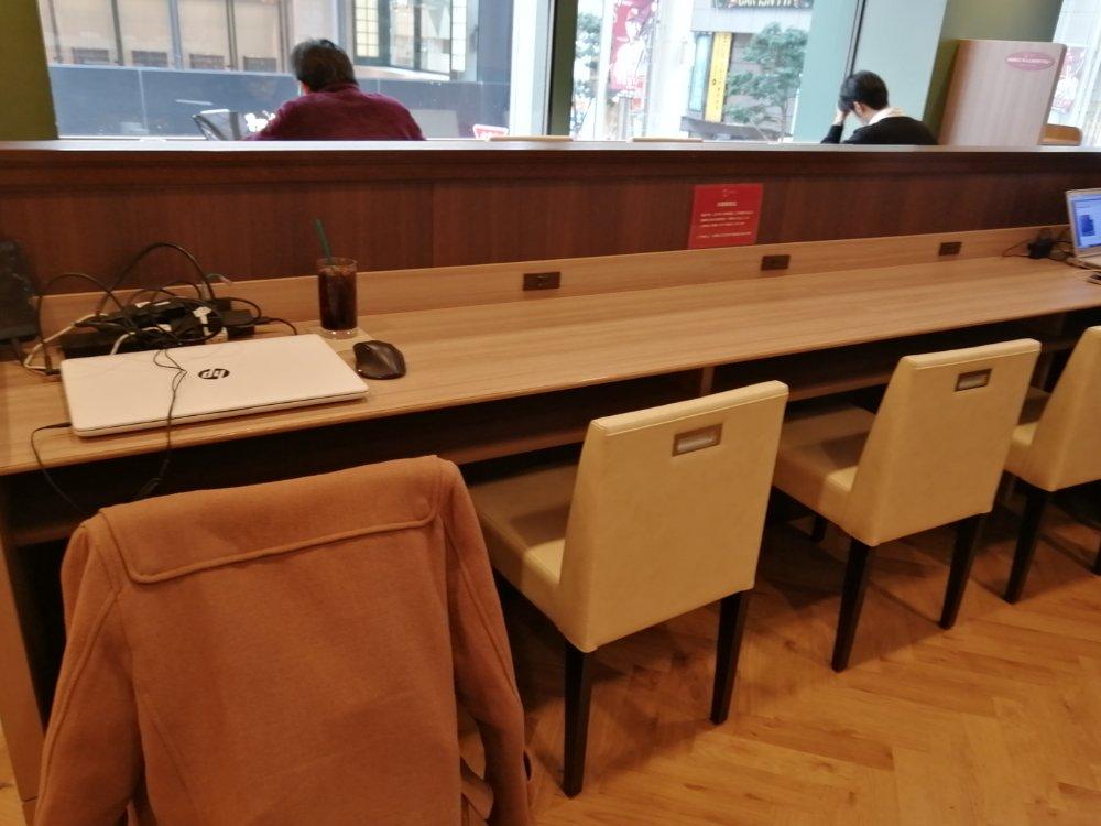 ベローチェぶらんどーむ一番町店のカウンター席