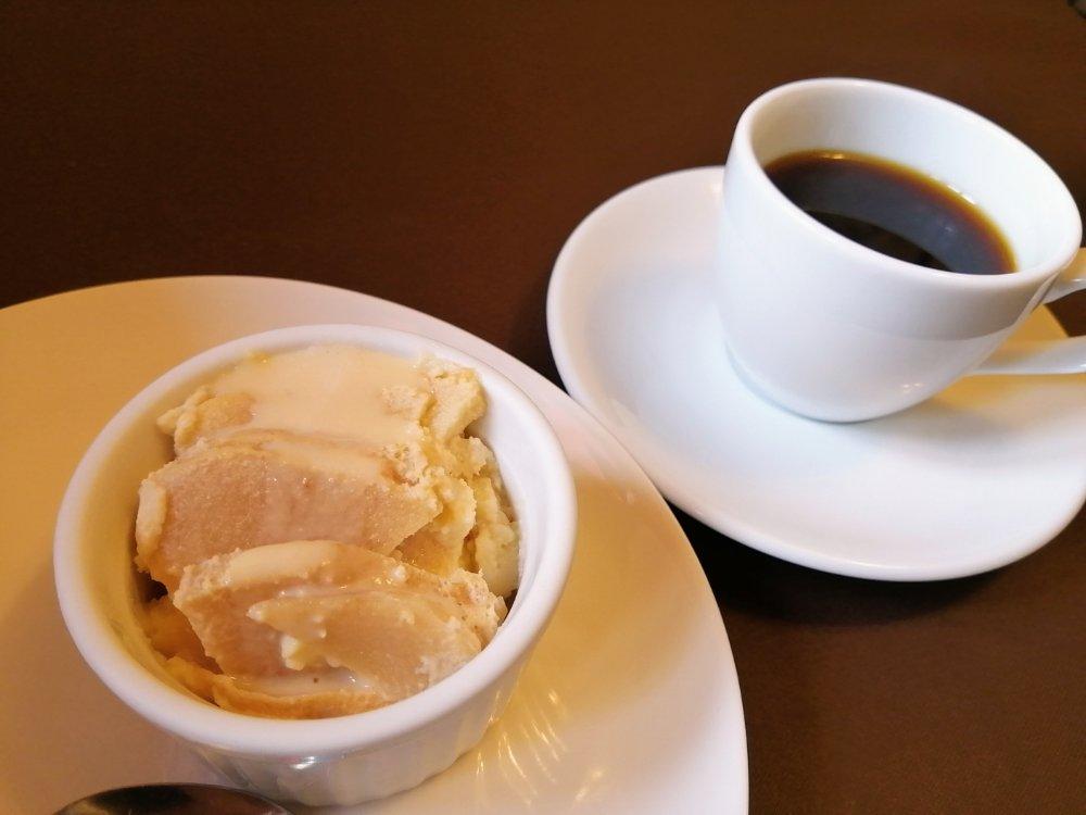 リンゴのクラフティカスタード仕立てとデミタスコーヒー