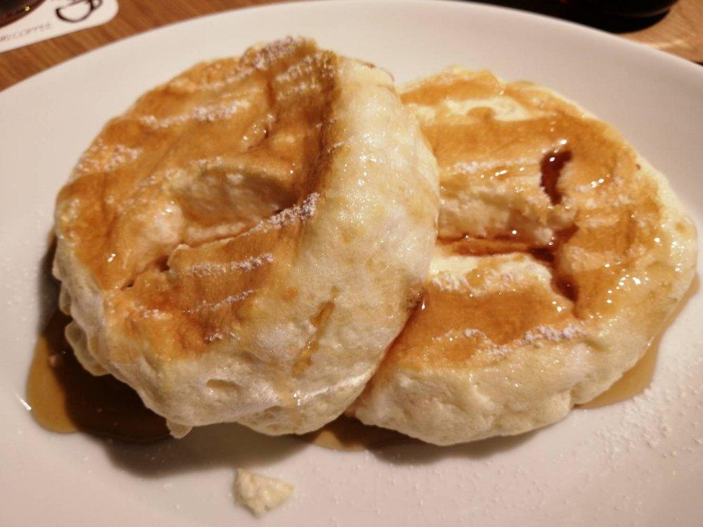 メープルシロップをかけたパンケーキ