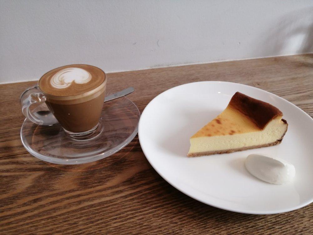 cafe haven't we met opusのチーズケーキとマキアート