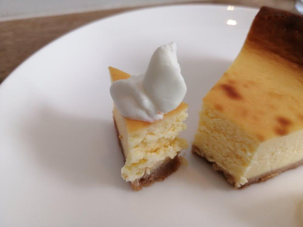 生クリームを乗せたチーズケーキ