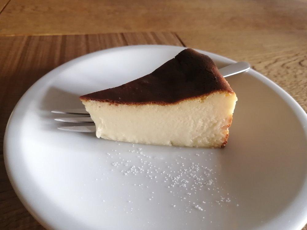 ミーティングハウスの焦がしチーズケーキ