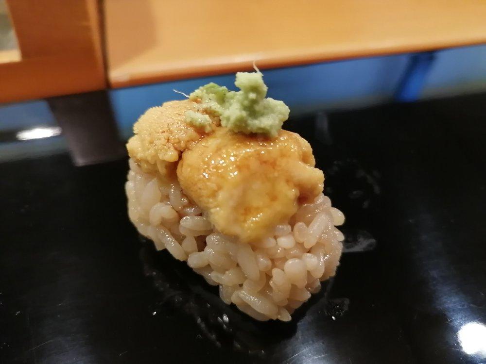 小判寿司でウニに握り
