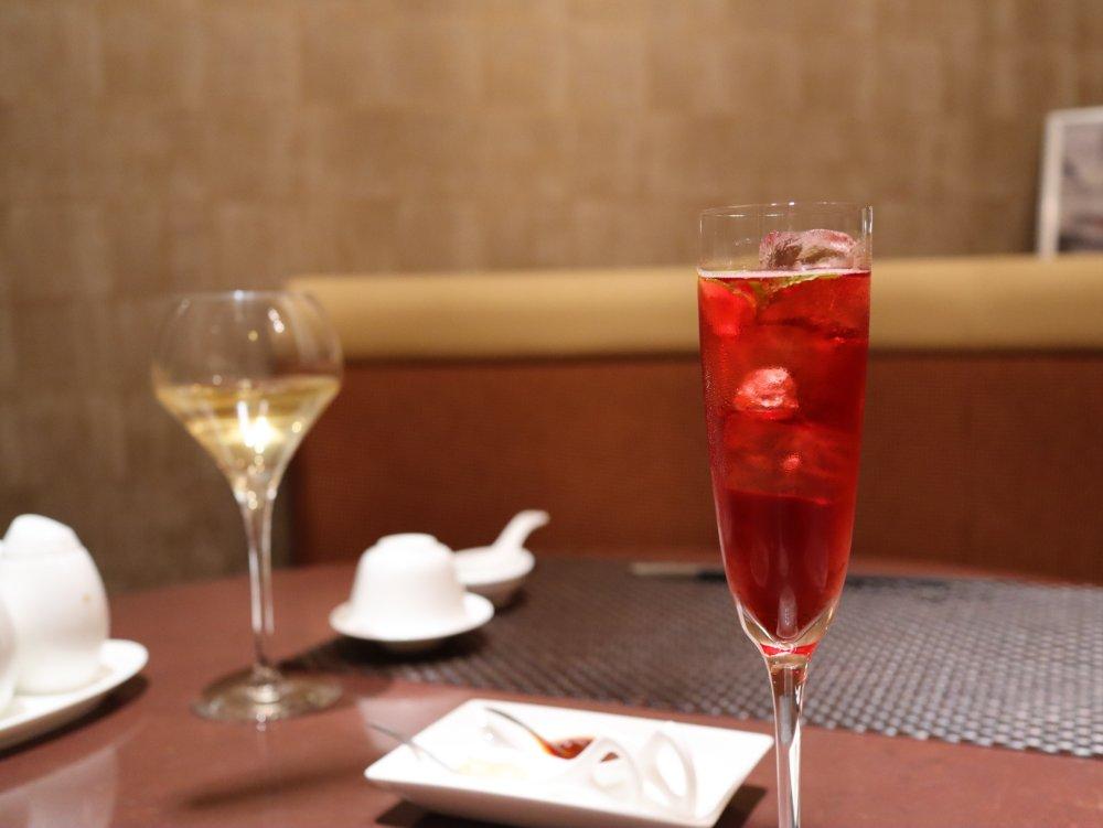 紅樹とグラスワインで乾杯