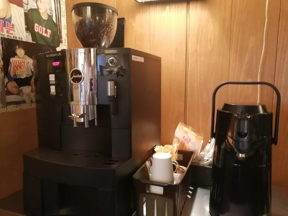 トウモロコシのひげ茶とコーヒーはセルフで飲み放題