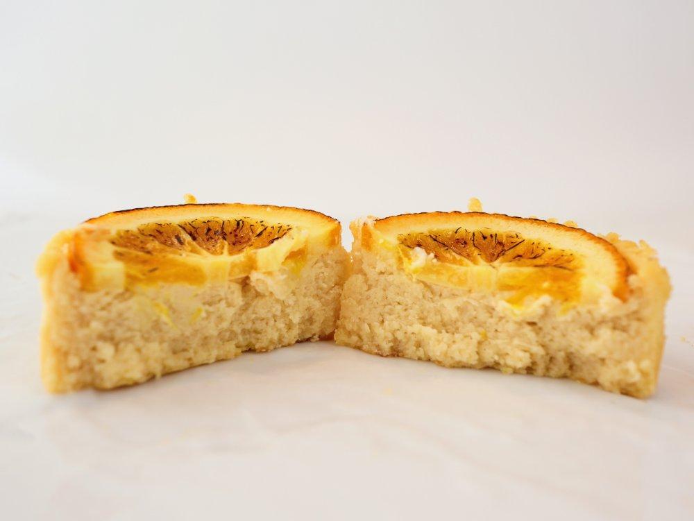 カットしたオレンジ・バスクチーズミニ