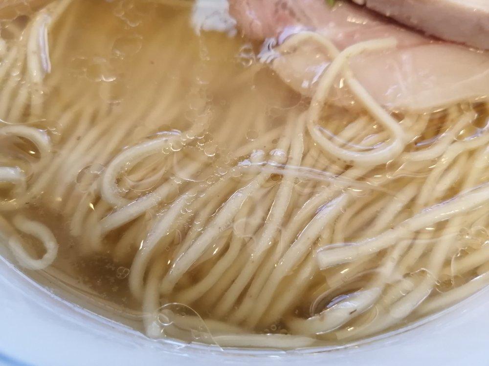 スープに浮かぶ麺